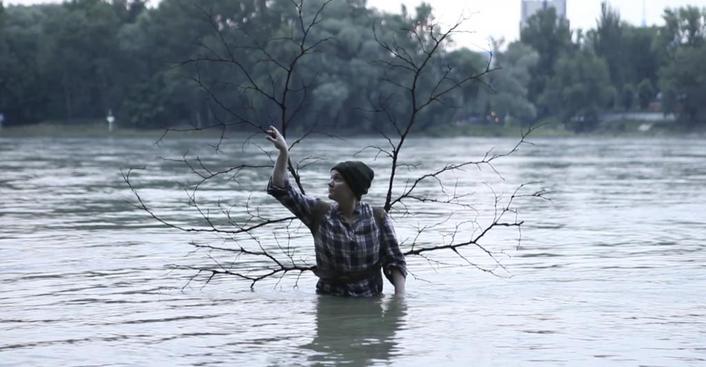 Clare Benson, Odhajanje (The Leaving), 2012. Zamrznjen video kader. Z dovoljenjem avtorice.