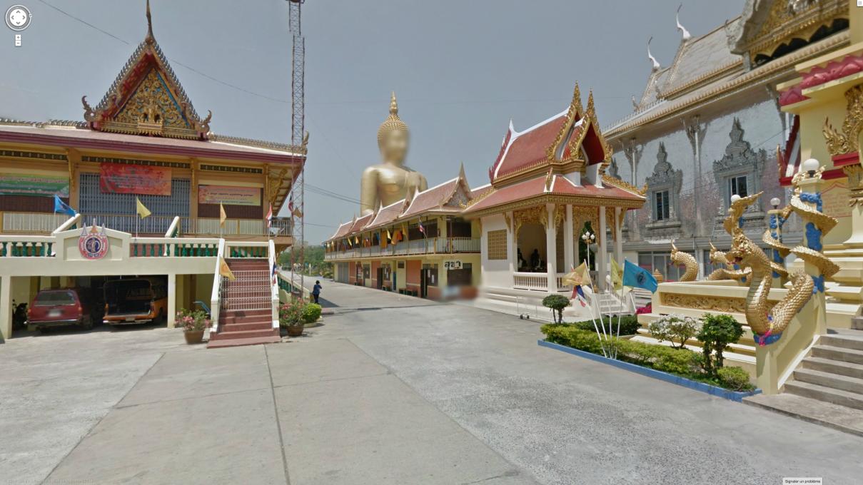 Slika 9, Marion Balac, Gautama Buddha, Wat Muang Monastery, Ang Thong, Tajska. Iz serije Anonimni bogovi (Anonymous Gods), 2014. Z dovoljenjem Google Street View in Marion Balac.