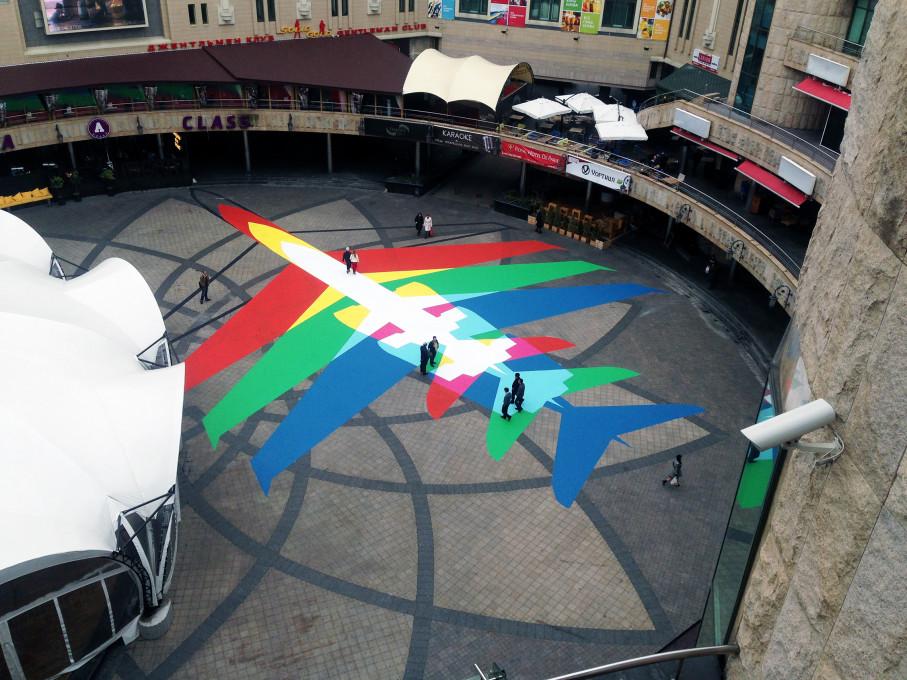 Slika 12, James Bridle, Mavrično letalo (Rainbow Plane, 2014), instalacija, Kijev, Ukrajina. Z dovoljenjem avtorja / booktwo.org.