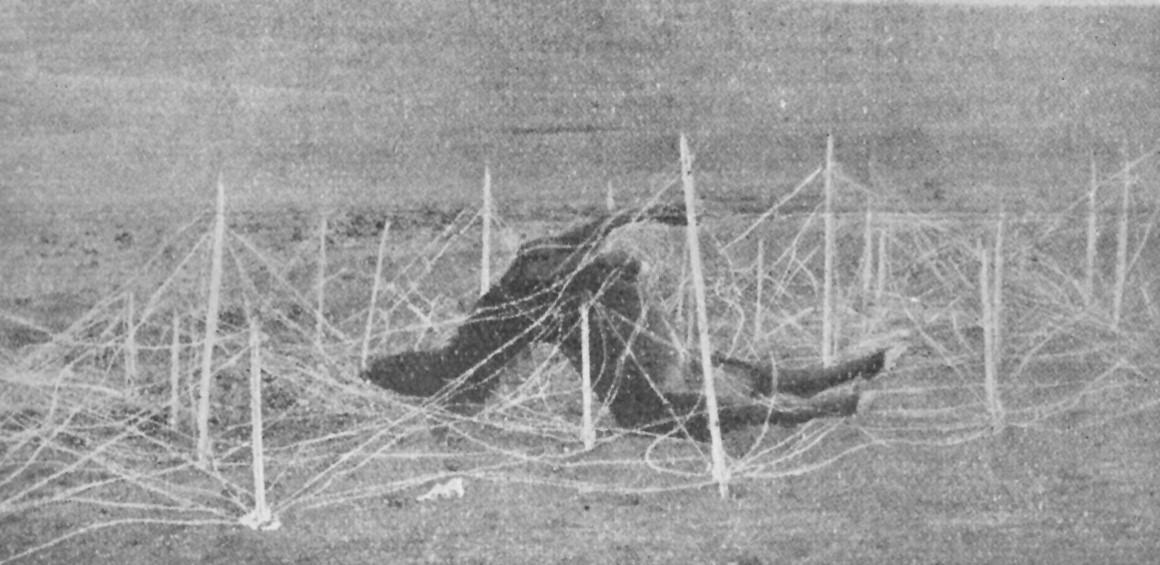 Slika 3. V žičnih ovirah. (Ilustrirani glasnik 1915, št. 11, 103).