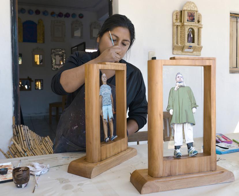 Ofelia se ubada še z zadnjimi detajli v delavnicah Talleres Comunitarios v kraju Santa Ana Zegache, 2013. Fotografija: Performing Pictures.