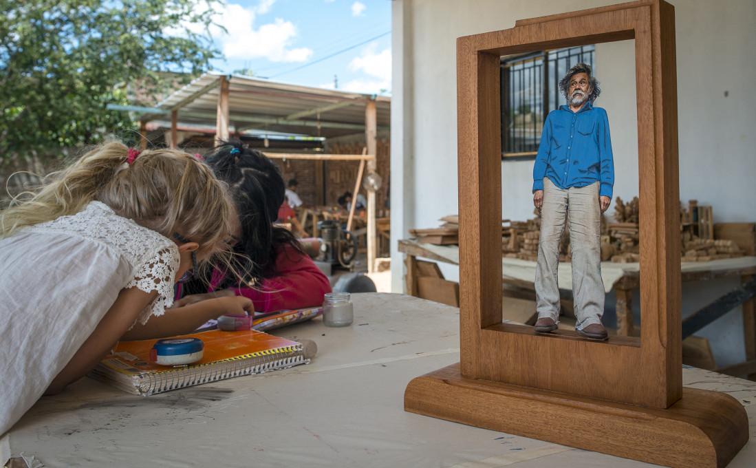 Fotoescultura mehiškega slikarja Francisca Tolede »El Maestra« v nastajanju. Zegache, 2013. Fotografija: Performing Pictures.