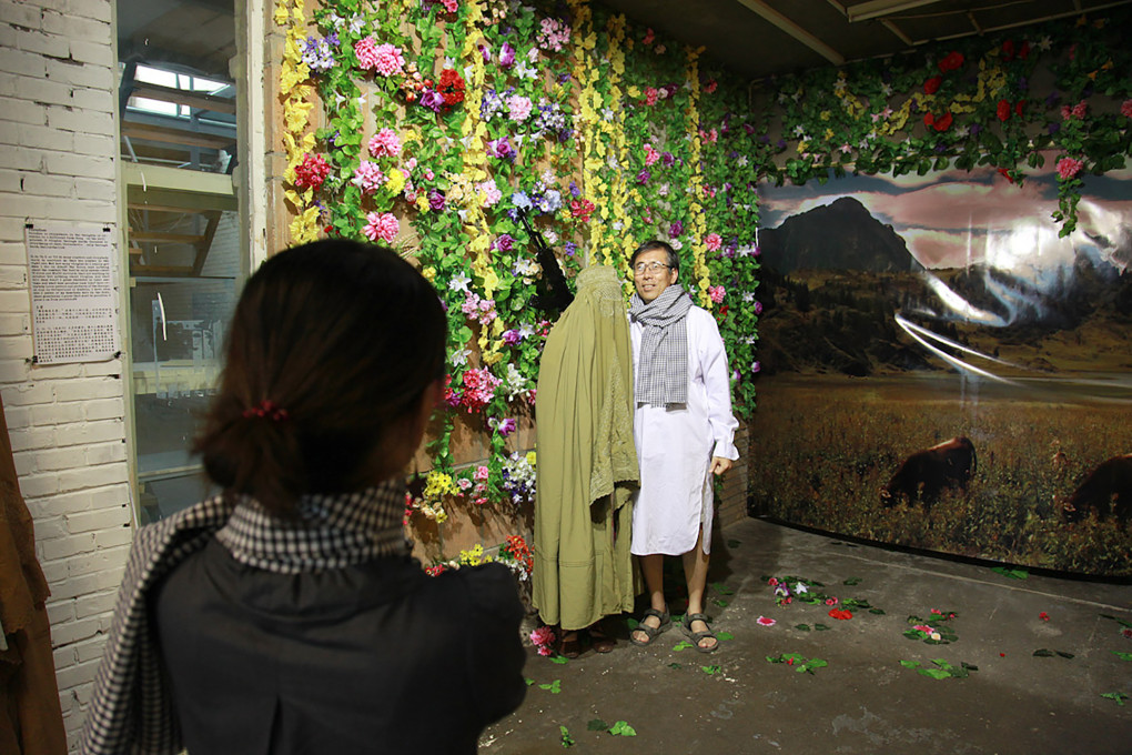 Ozadje »raj« na razstavi Kafkanistan, 798, Peking, avgust 2008.