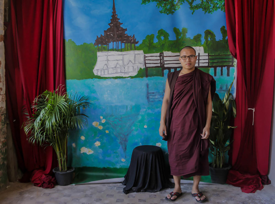 Ozadje v kolonialnem slogu na razstavi Burmanski fotografi, The Secretariat, Yangon, 2018.