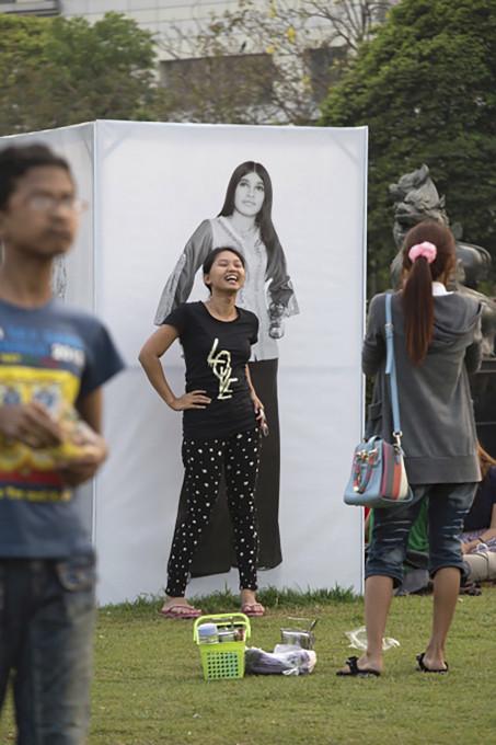 Razstava fotografij velikih povečav, ki služijo kot ozadja za selfije, razstava Yangonska moda 1979, park Mahabandoola, Yangon, 2017.