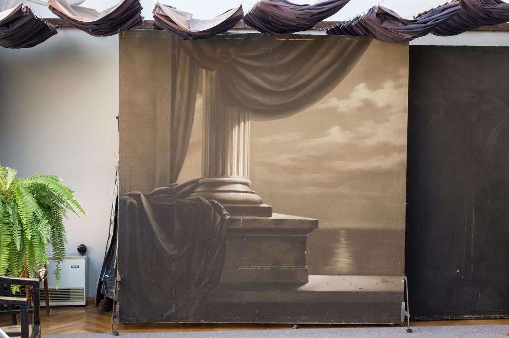 Borut Peterlin, Poslikana ozadja v steklenem studiu Josipa Pelikana. © Borut Peterlin. Z dovoljenjem avtorja.