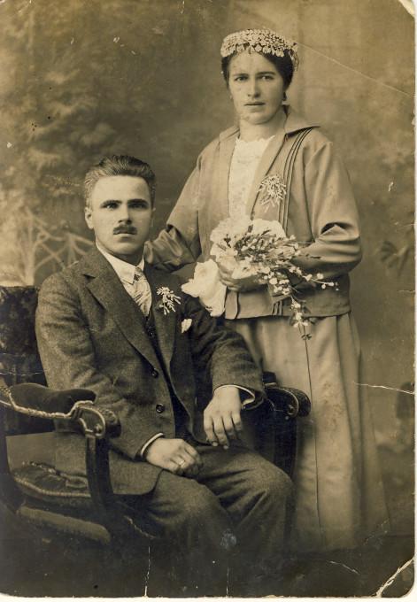 Josip Pelikan, studijski (ateljejski) poročni portret, Andreas in Ana Topolak, Celje, 20. ali 30. leta 20. stoletja. © Muzej novejše zgodovine Celje