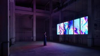 Slika 1. onformative, 2017. Vijugajoča reka (Meandering River). [audiovizualna digitalna umetnina, prikaz instalacije] (Berlin: Funkhaus). Objavljeno z dovoljenjem.