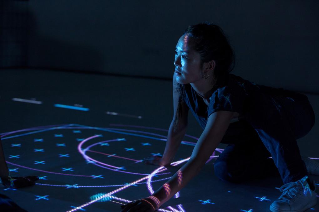 Slika 4. onformative, 2014. Iskalec poti (Pathfinder). [digitalna umetnina, prikaz instalacije] (Berlin: NODE Forum for Digital Arts). Objavljeno z dovoljenjem.