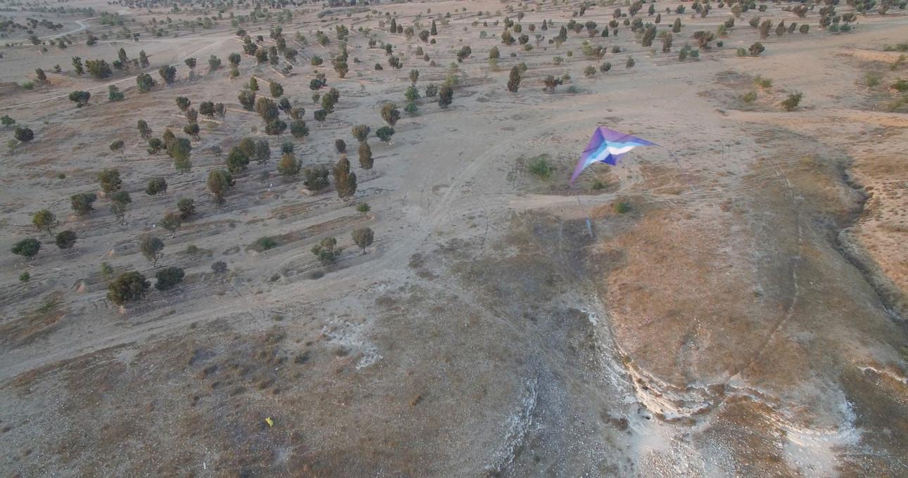 Slika 1. Zmaj, opremljen s kamero, nad zbiralnikom vode Muhammad Ibn Salame Al-Uqbi, puščava Negev (Caine, 2018).