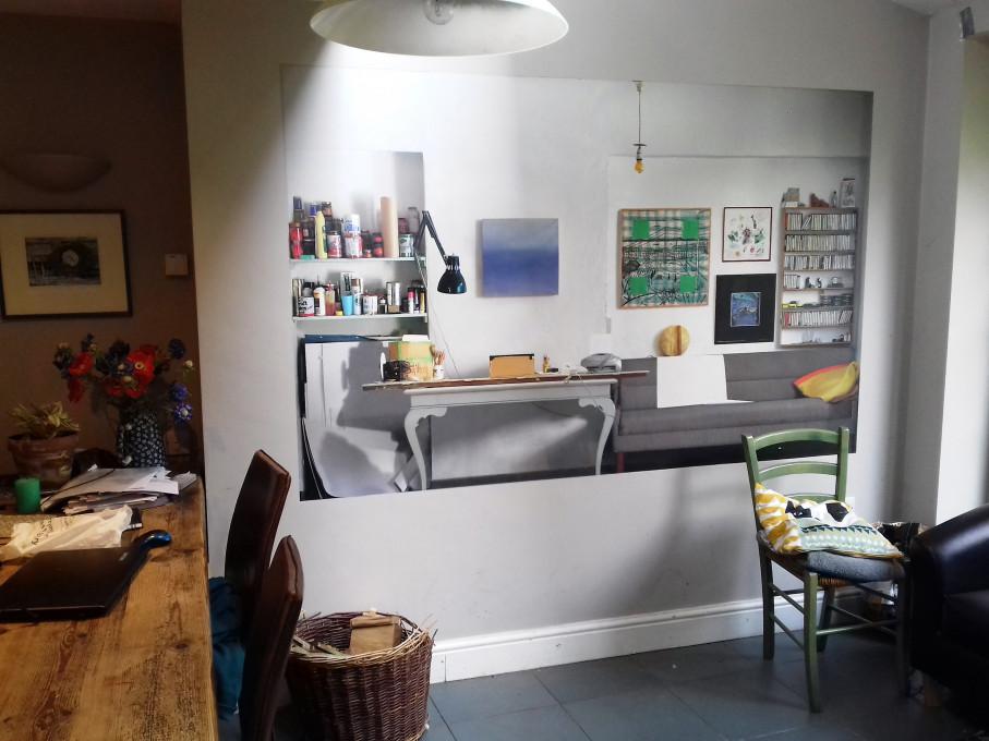 Stena ateljeja (Studio Wall), in situ. Fotografija: Emma Whitlock.