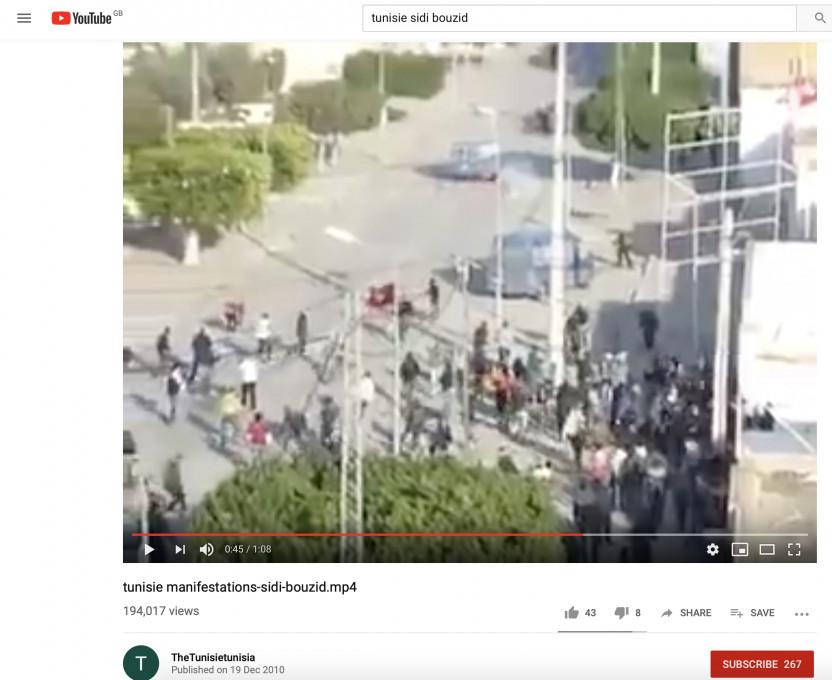 Slika 2. Posnetek zaslona z YouTuba. Manifestacije v mestu Sidi Bouzid dva dni po tem, ko se je zažgal Mohamed Bouazizi, 19. december 2010.