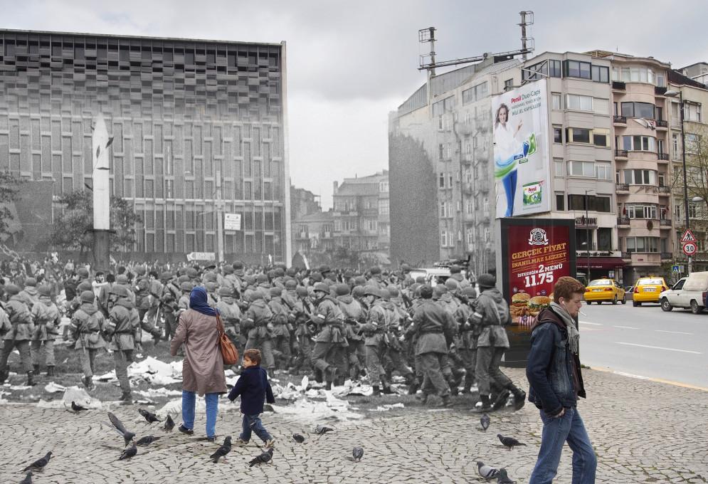 Füsun Turcan Elmasoğlu, »Na stotine vojakov, ki so prispeli na trg Taksim, potem ko se je množica razpršila, se je zbralo okoli danes odstranjene skulpture bajoneta, ki je bila simbol vojaškega udara 27. maja 1960.«