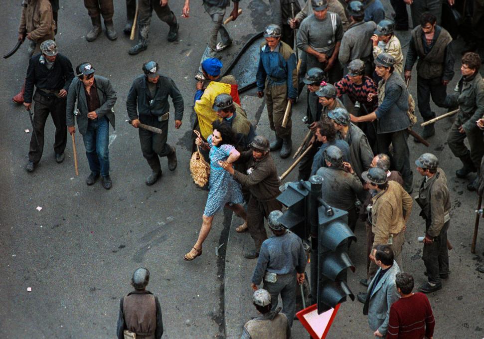 Slika 1. Andrei Iliescu (AFP fotograf), Dama v modri obleki, 14. junij, 1990. www.andreiiliescu.com
