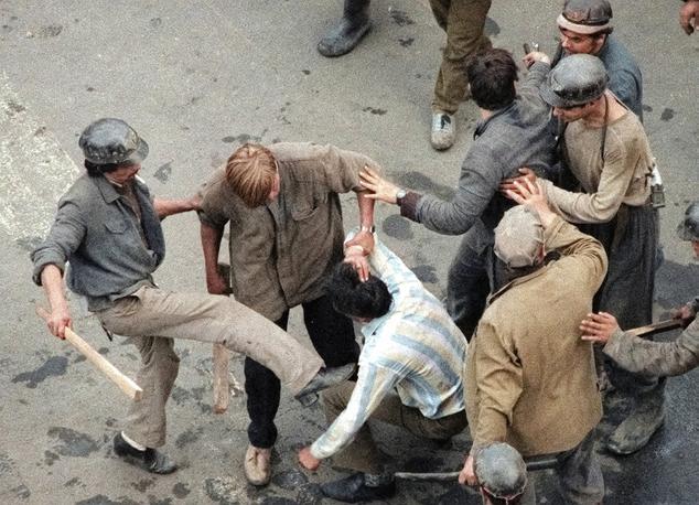 Slika 3. Michel Euler (AP fotograf). Skupina provladnih romunskih rudarjev pretepa opozicijskega protestnika na Univerzitetnem trgu 14. junija 1990 v Bukarešti. www.apimages.com.