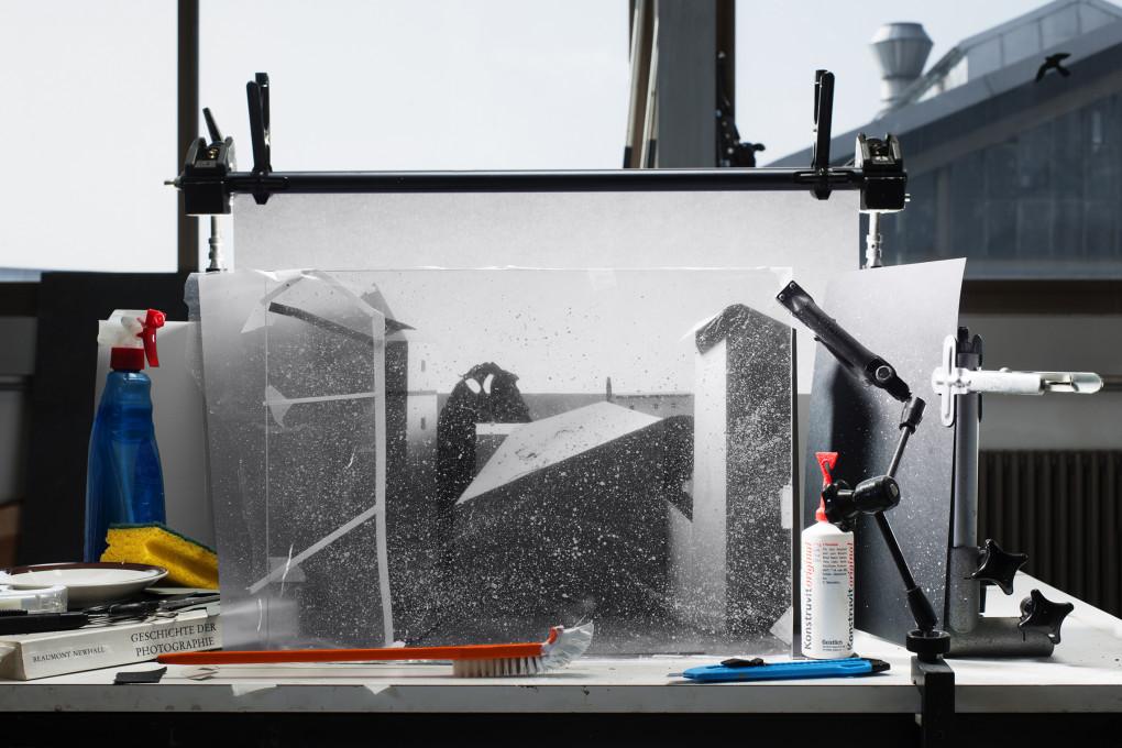 """Jojakim Cortis & Adrian Sonderegger: Nastajanje Pogleda z okna na posestvo Le Gras """"La cour du domaine du Gras"""" (avtor Joseph Nicéphore Niépce, 1826), 2012. Iz serije Ikone, 2012–."""
