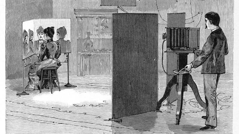 »Galerija prirejena za multifotografijo«. Iz knjige Walterja E. Woodburyja in Franka R. Fraprija Photographic Amusements, Including A Description of a Number of Novel Effects Obtainable with the Camera (deveta izdaja), American Photographic Publishing Co., 1922. Javno dostopno.