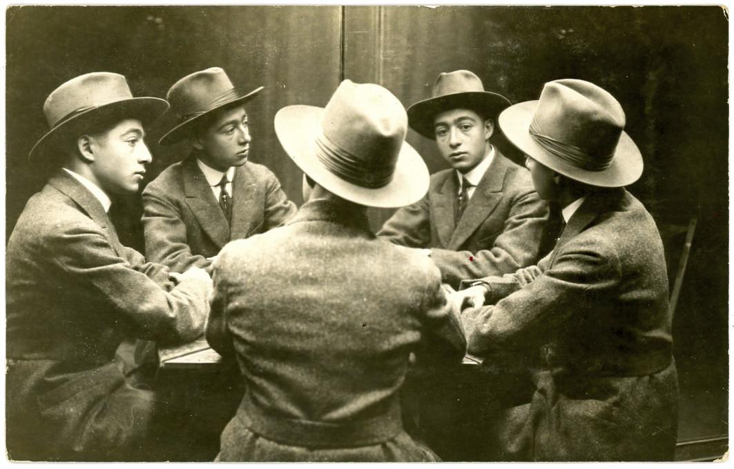Slika 4. Trik temelji na zrcalih. Portretiranec je sedel pred dve zrcali, ki se križata pod kotom od 65 do 75 stopinj, tako da so nastali štirje odsevi motiva. Običajno je bil portretiranec obrnjen stran od fotografa in proti zrcalom, le redko tako, da je bil s profilom ali obrazom obrnjen k fotoaparatu. Ta zrcalni portret nosi datum 24. oktober 1917. Rosslyn Post Card Shop, Los Angeles, Kalifornija, iz zbirke Christopherja B. Steinerja. Ponatisnjeno z dovoljenjem.