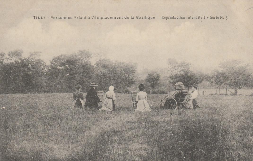Slika 8. Tilly-sur-Seulles – Ljudje pri molitvi, razglednica, okoli 1900, zasebna zbirka.