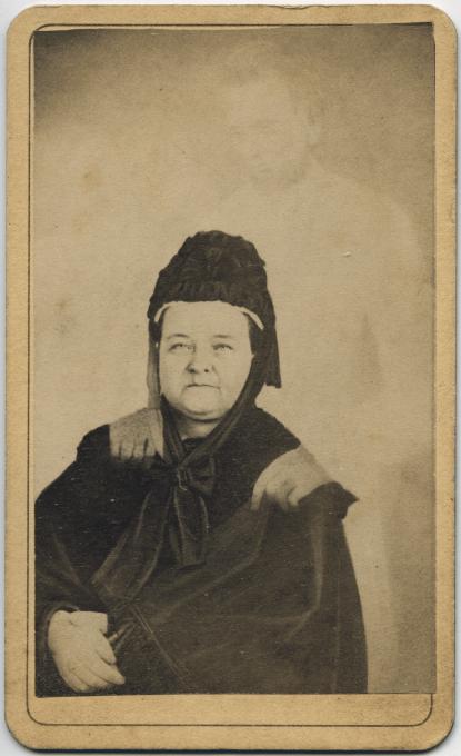Slika 2. William Mumler, Mary Todd Lincoln z duhom svojega moža predsednika Abrahama Lincolna in sina Thaddeusa, 1872. Vir: Piepenbring, Dan.