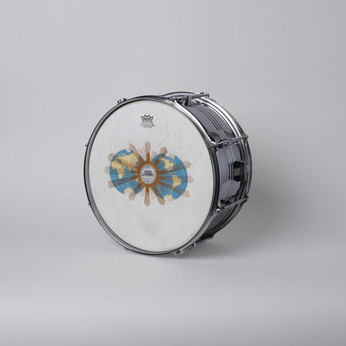 Jasmina Cibic, iz serije Vsa ta moč se stopi v hrup, 38 cm × 38 cm × 14 cm, akrilna barva na mali boben, 2020.
