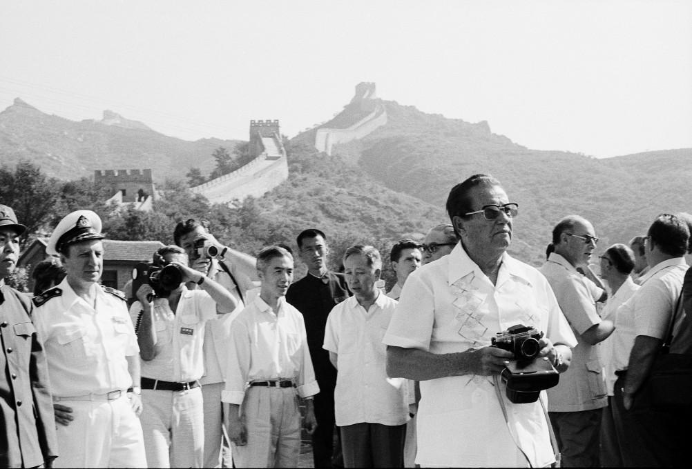 Joco Žnidaršič, Tito na obisku Velikega kitajskega zidu, 1977. Z dovoljenjem Galerije Fotografije. © Joco Žnidaršič