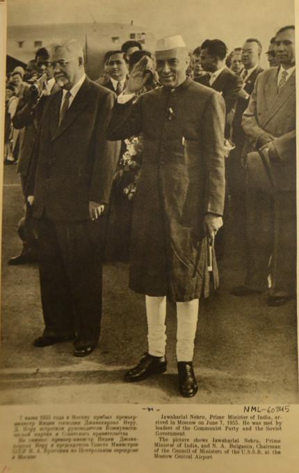 Slika 1. Džavaharlal Nehru, indijski predsednik vlade, je 7. junija 1955 obiskal Moskvo. Pričakali so ga voditelji komunistične partije in sovjetske vlade. Na sliki sta Džavaharlal Nehru, ministrski predsednik Indije, in N. A. Bulganin, predsednik Sveta ministrov ZSSR, na osrednjem moskovskem letališču. Št. NML-60845 v albumu »Džavaharlal Nehru v Sovjetski zvezi« (Moskva: Državna založba za likovno umetnost, 1995). Reprodukcija z dovoljenjem knjižnice Nehru Memorial Library, New Delhi.