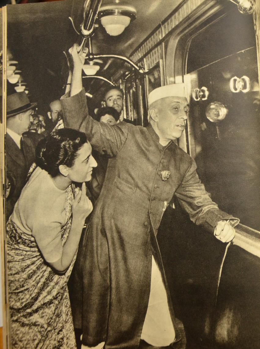 Slika 3. Džavaharlal Nehru in njegova spremljevalka na moskovski podzemni železnici. Št. NML-60864 v albumu »Džavaharlal Nehru v Sovjetski zvezi« (Moskva: Državna založba za likovno umetnost, 1995). Reprodukcija z dovoljenjem knjižnice Nehru Memorial Library, New Delhi.
