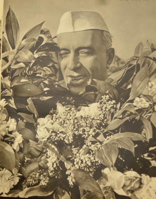 Slika 5. Bližnji posnetek Nehruja s cvetjem. Št. NML-60878 v albumu »Džavaharlal Nehru v Sovjetski zvezi« (Moskva: Državna založba za likovno umetnost, 1995). Reprodukcija z dovoljenjem knjižnice Nehru Memorial Library, New Delhi.