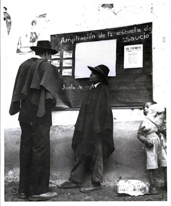 Slika 1. Orlando Fals Borda, »Gradnja šole, april 1958«, fotografija, mapa Acción Comunal Saucío/Construcción Escuela/Dirigentes/034. ACH-UN, Bogota.