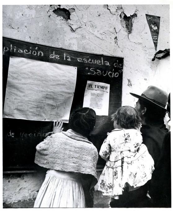 Slika 2. Orlando Fals Borda, »Gradnja šole, april 1958«, fotografija, mapa Acción Comunal Saucío/Construcción Escuela/Dirigentes/036. ACH-UN, Bogota.