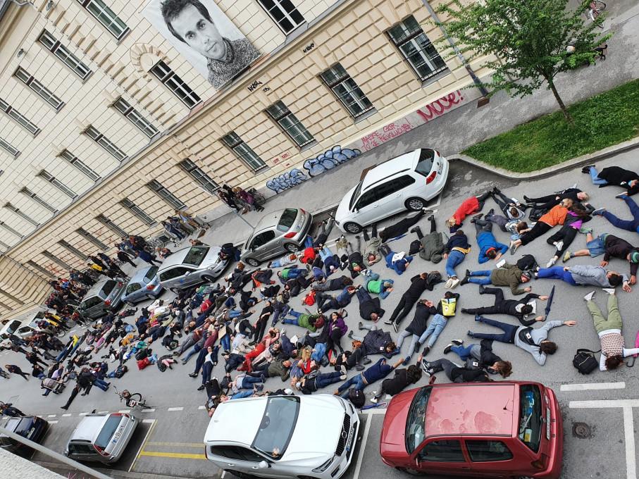 Slika 11 (zgoraj levo). ADDK, Poslednja akcija za kulturo, protestni shod, 9. junij 2020, Ljubljana. Fotografija: Željko Stevanić.