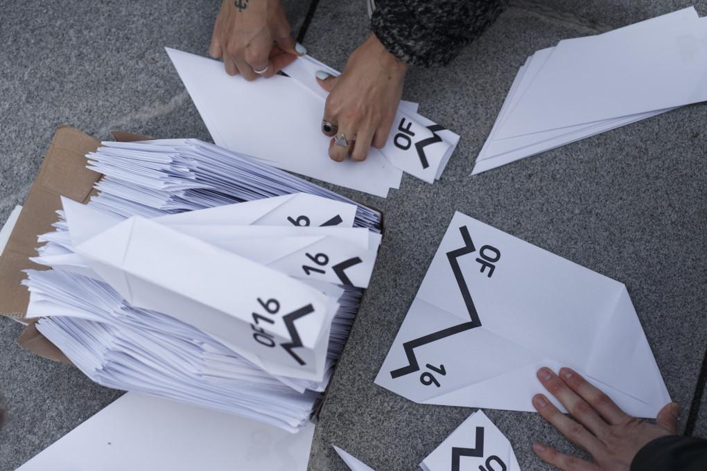 Slika 15. Vuk Ćosić, Irena Woelle, Papirnata letala, protestni shod, 6. junij 2020, Ljubljana. Fotografija: Željko Stevanić.