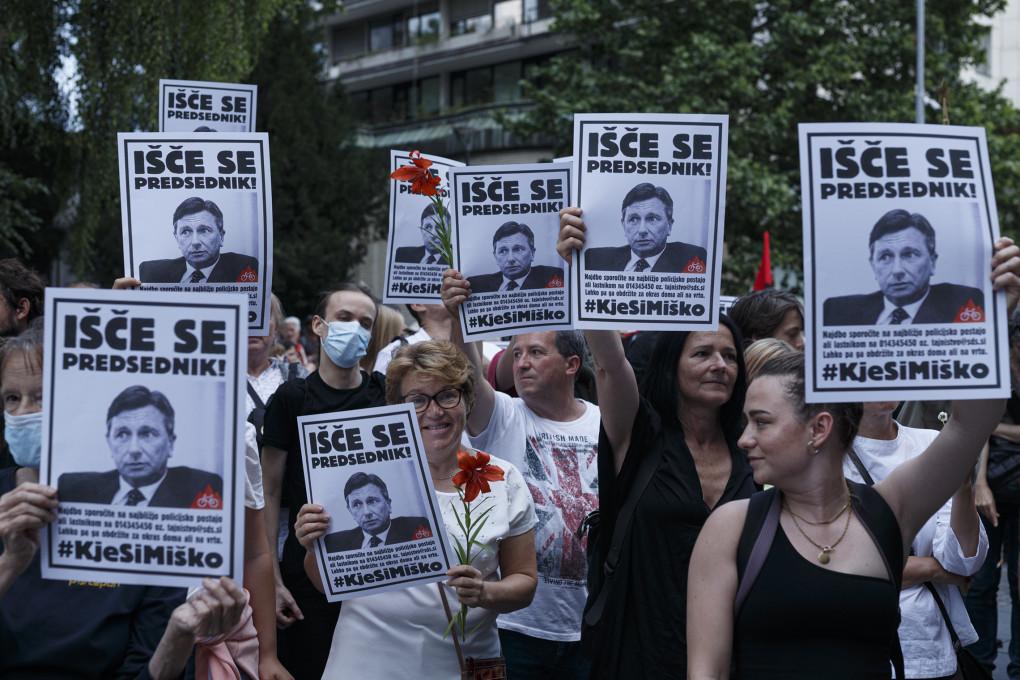 Slika 22. Vuk Ćosić, Jaša Jenull, Miha Zadnikar, Kje si Miško, protestni shod na dan državnosti, 24. junij 2020, Ljubljana.