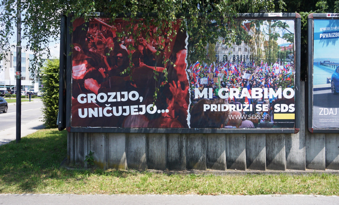 Slika 24. neznana oseba, Grozijo, uničujejo ... mi grabimo, intervencija v zvezi s plakatom SDS, junij 2020, Ljubljana. Fotografija: neznani avtor.