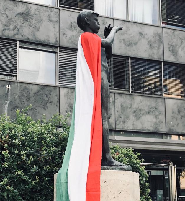 Slika 25. neznana oseba, brez naslova (kip slovenskega kiparja Zdenka Kalina, simbol nacionalne RTV, z madžarsko zastavo), intervencija, 15. julij 2020, Ljubljana. Fotografija: neznani avtor.