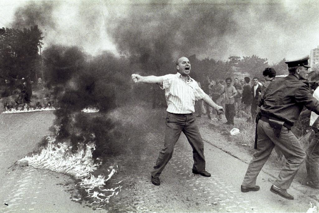 Romeo Ibrišević, Obramba Mosta mladosti, Zagreb, 2. 7. 1991. Največji del vojakov 10. korpusa JLA je bil nameščen v zagrebški vojašnici Maršala Tita, ki je bila ena največjih vojašnic na Hrvaškem. 2. 7. 1991 se je kolona vojaških tovornjakov, oklepnih transporterjev in tankov iz vojašnice napotila proti Sloveniji kot okrepitev enotam JLA, ki so se tam spopadale. Prebivalci Novega Zagreba so poskušali ta premik preprečiti in kolono obmetavali s kamenjem in molotovkami. Pripadniki 10. korpusa so na napad odgovorili s streli v zrak. V vsesplošnem kaosu, ki je sledil, so od strelnih ran umrli civilist Raveno Čuvalo ter devetnajstletna nabornika JLA Zoran Mirković in Halil Cucak, medtem ko je njun vrstnik Zvezdan Antić za posledicami ran umrl dva tedna kasneje.