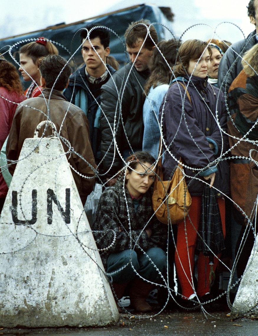 Saša Kralj, Ko je Vojska BiH zavzela Bihać, enklavo pod kontrolo Fikreta Abdića, so Bošnjaki, ki so pobegnili iz mesta, obtičali na nikogaršnjem ozemlju med srbskimi in hrvaškimi silami in paravojaškimi enotami,1994.