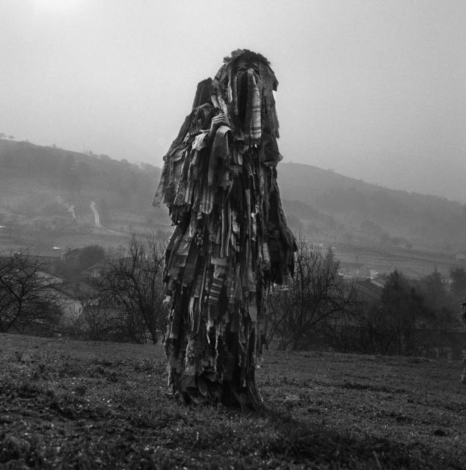 Trapajera odraža kostum iz dolgih trakov starih cunj, zamaskiran obraz in dolga palica, iz katere visijo trakovi. V preteklosti so osebe, ki so nosile kostum Trapajera, po mladih ženskah s cunjami razmazale blato - ritual, ki je reprezentiral plodnost. Festival La Vijanera, Silio, Španija, 2017.
