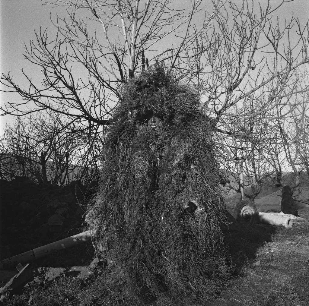 Duh naravnih elementov. Vijanerski ritual se konča s smrtjo medveda, kar simbolizira zmago dobrega nad zlim. S tem ritualom niso le zaščitili goveda, temveč so zagotovili tudi preživetje prebivalcev, saj so jih zaščitili pred zlimi duhovi ter rešili duše umrlih. Festival La Vijanera, Silio, Španija, 2017. © 2020 Yannick Cormier