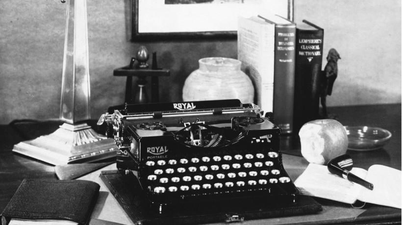 Samuel Manners, »Oglas s pisalnim strojem na mizi«, tribarvni kromogeni postopek [3-colour carbon], okoli 1927. (Izvirnik je barven.) Z dovoljenjem: © Royal Photographic Society Collection, National Media Museum in Science & Society Picture Library.
