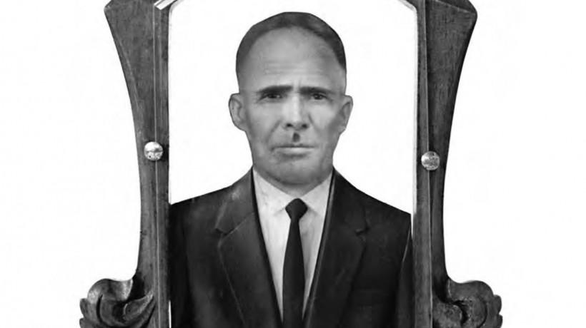 Neznani umetnik (mehiški), hombre/moški, ok. 1950. Ročno poslikana fotografija na lesu, mavec, leseni okvir, steklo. Zasebna zbirka
