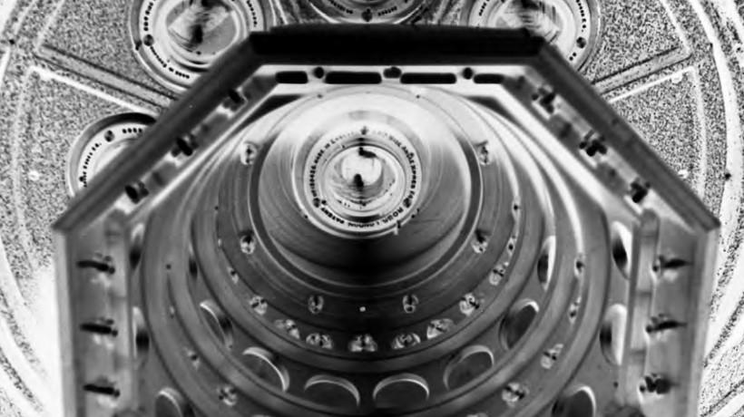 Harris & Ewing, 9-delni objektiv kamere za zračno kartografijo, narejene pri Fairchild Aerial Camera Corp. za Oddelek za obalo in geodetsko kartiranje ZDA, 1936. Library of Congress Prints and Photographs Division Washington. (izsek)