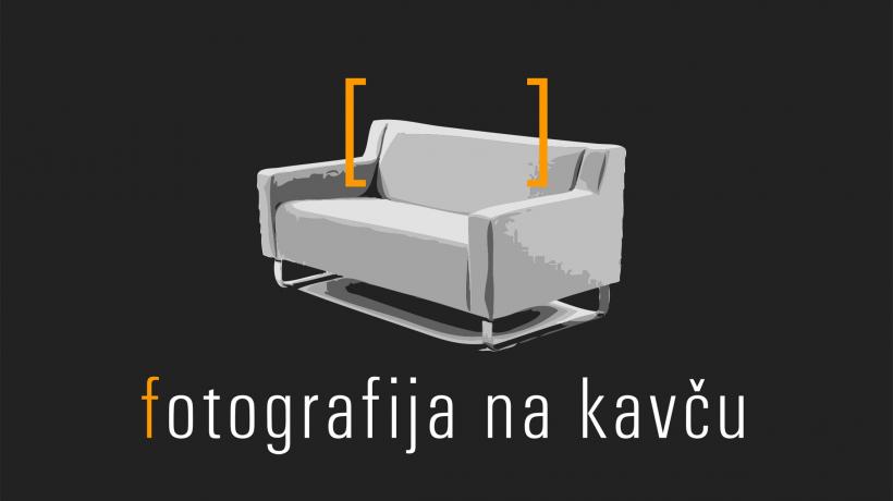 Fotografija na kavču.