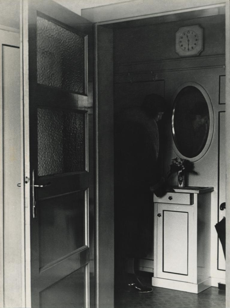 Franc Ferjan, V predsobi. Original: 23,2 x 17,7 cm, srebrobromidnipapir, okoli 1935. Last Moderne galerije, inv. št. MG 1157/F.