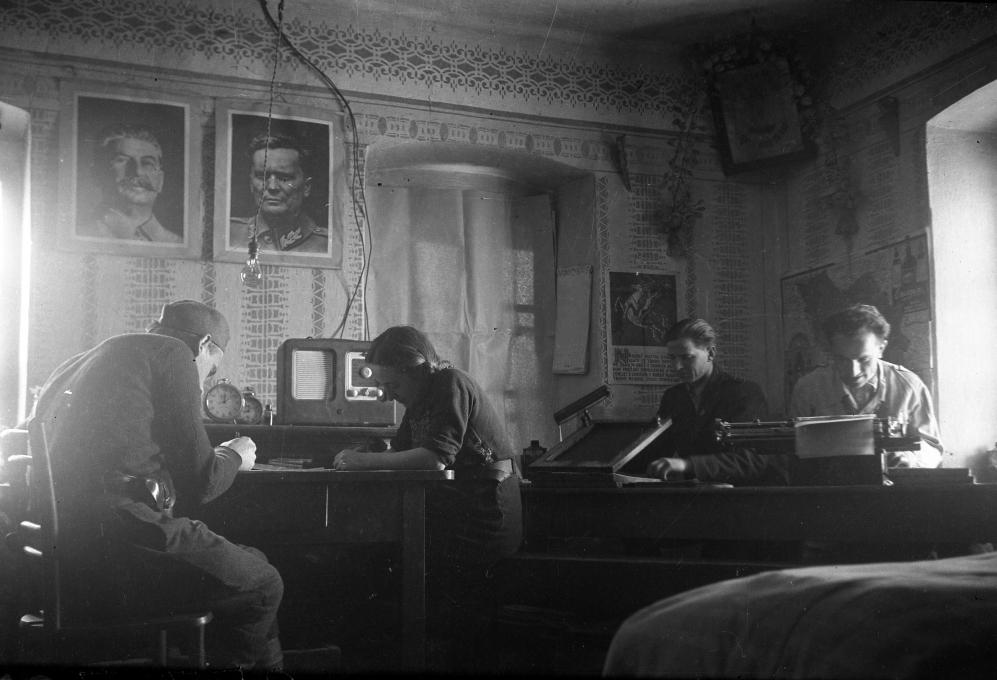 Edi Šelhaus, Sprejemanje radio-poročil v okrožni tehniki v Beli Krajini, 15. 1. 1945.Hrani Muzej novejše zgodovine Slovenije.