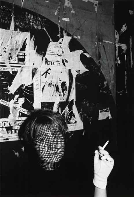 Božidar Dolenc, Iz cikla Ljubljanska subkulturna scena. Disko FV, 1984. Z dovoljenjem Moderne galerije, Ljubljana.