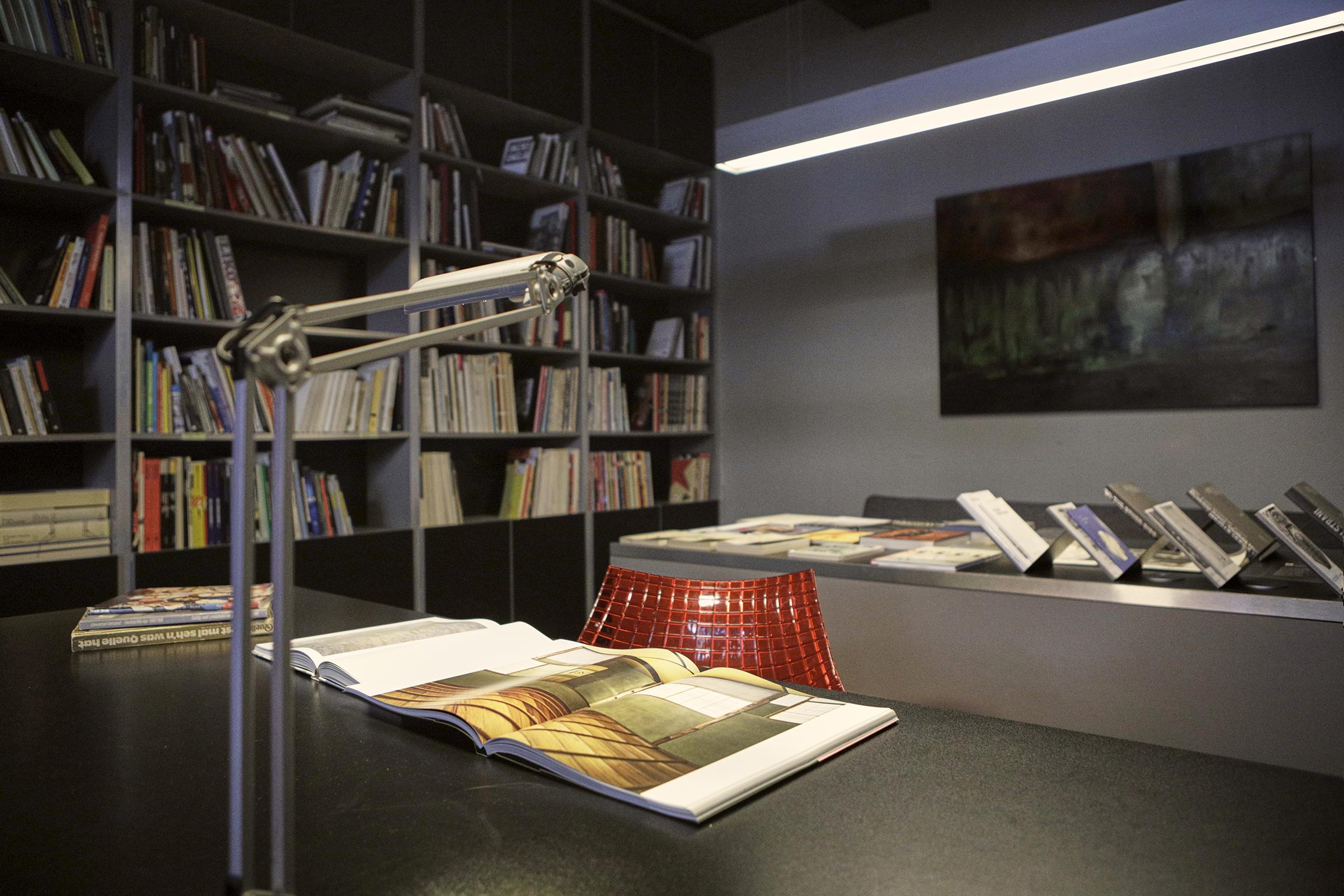 Fotočitalnica v Galeriji Jakopič.